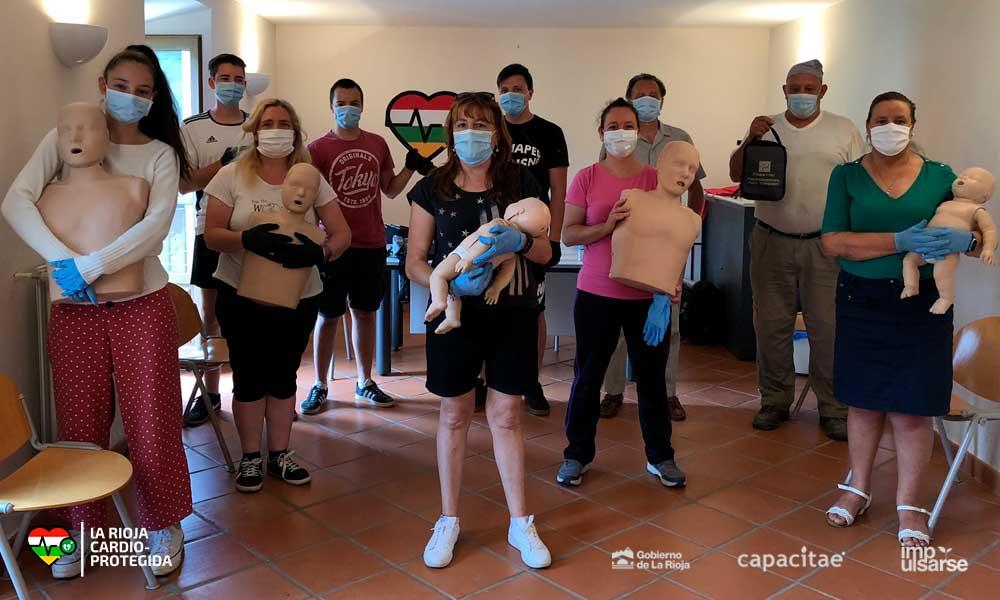 Vecinos de Villoslada de Cameros tras la formación en Soporte Vital Básico y Desfibrilador