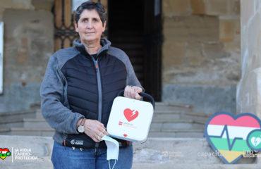 Antonina Cantabrana, alcaldesa de Treviana, recibe el nuevo desfibrilador del municipio