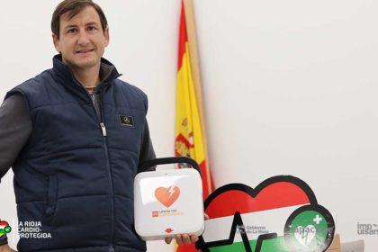 Óscar Fernández, alcalde de Santa Engracia del Jubera recibe desfibrilador de 'La Rioja Cardioprotegida'
